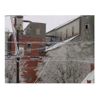 Cubierta del edificio industrial con nieve tarjetas postales