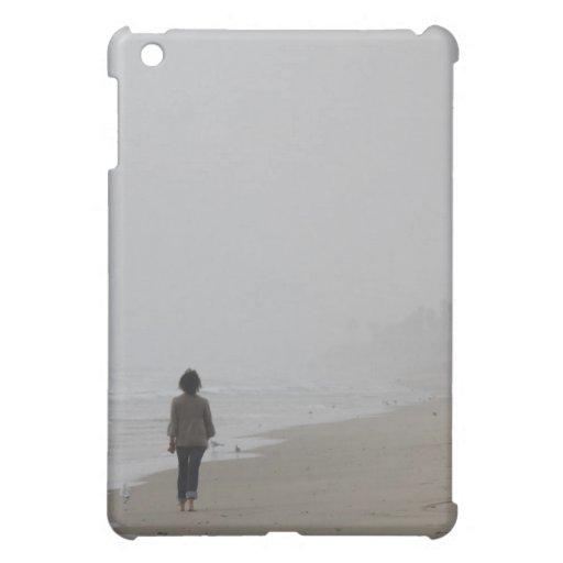 cubierta del iPad que camina por el mar