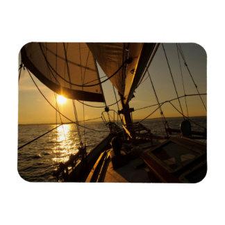 Cubierta del velero, dirigiendo en el sol poniente iman