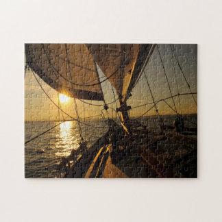 Cubierta del velero, dirigiendo en el sol poniente puzzle con fotos