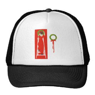 Cubierta los pasillos con las ramas del acebo para gorras