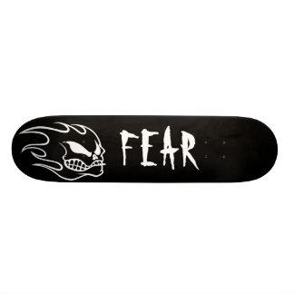Cubierta negra del monopatín del miedo con blanco skate boards