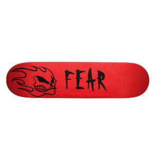 Cubierta roja del monopatín del miedo con negro tabla de patinar