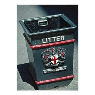 Cubo de la basura para poner desperdicios anuncio