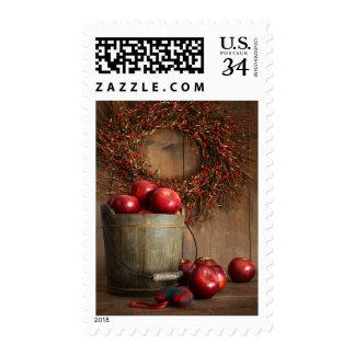 Cubo de madera de manzanas para los días de fiesta sellos postales