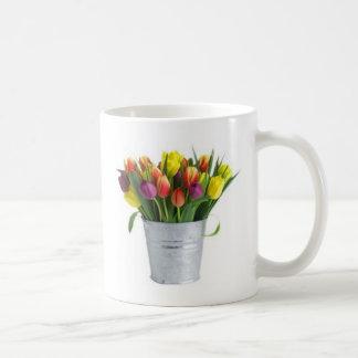 cubo de tulipanes taza clásica