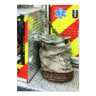 """Cubo en el coche de bomberos invitación 5"""" x 7"""""""