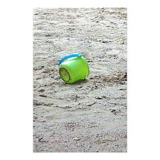Cubo verde perdido en arena en la playa del verano personalized stationery