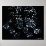 Cubos de hielo que salpican en agua poster