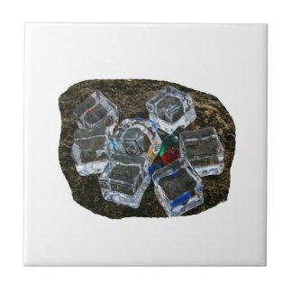 Cubos de hielo y bombillas en la fotografía de la  tejas  ceramicas
