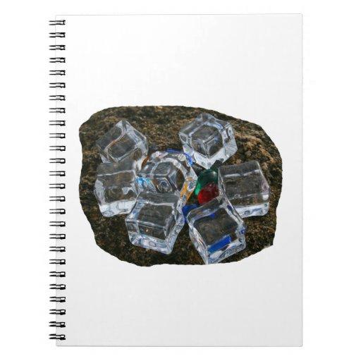 Cubos de hielo y bombillas en la fotografía de la  note book