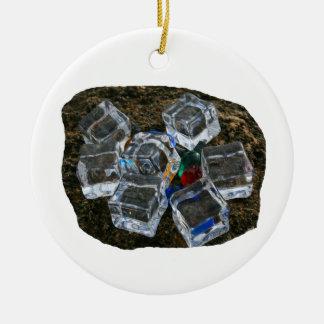 Cubos de hielo y bombillas en la fotografía de la adorno redondo de cerámica