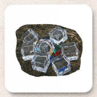 Cubos de hielo y bombillas en la fotografía de la  posavasos de bebidas