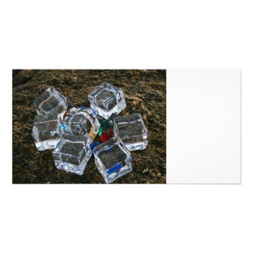 Cubos de hielo y bombillas en la fotografía de la  tarjetas personales con fotos