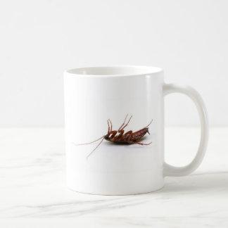 Cucaracha muerta taza básica blanca