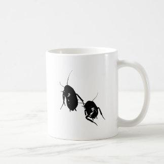 Cucaracha que vaga taza de café