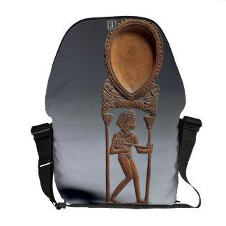Cuchara cosmética con una figura de un lutenist, n bolsa messenger