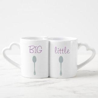 Cuchara grande y poca taza de los pares de la taza amorosa