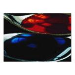 Cucharas con el líquido azul y rojo comunicados