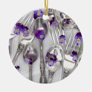 cucharas y bifurcaciones con las violetas adorno navideño redondo de cerámica