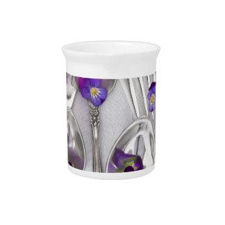 cucharas y bifurcaciones con las violetas jarra