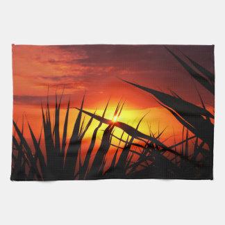 Cuchillas del paisaje hermoso de la puesta del sol toallas de mano