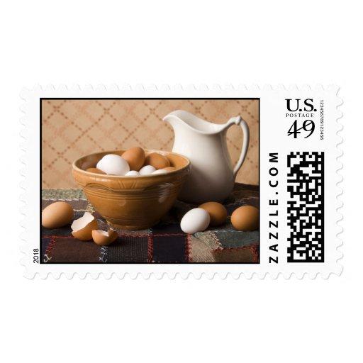 Cuenco 4061 de huevos y todavía de la jarra de vid