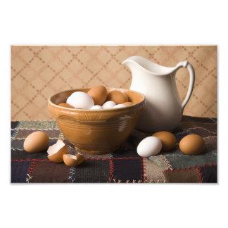 Cuenco 4061 de huevos y todavía de la jarra de vid fotografía