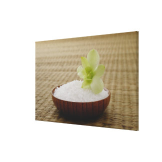Cuenco de arroz con una flor en una estera de lienzo envuelto para galerias