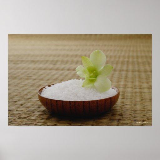 Cuenco de arroz con una flor en una estera de tata póster
