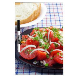 cuenco de ensalada vegetariana tableros blancos