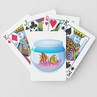 Cuenco de los pescados aislado en el fondo blanco baraja de cartas