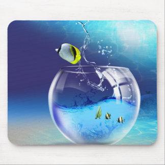 Cuenco de los pescados en el cojín de ratón del alfombrilla de ratones