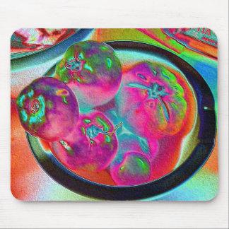 Cuenco de tomates del filete en hoja coloreada alfombrilla de ratones