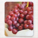 Cuenco de uvas rojas tapete de raton
