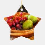 Cuenco de uvas rojas y de peras ornamente de reyes