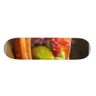 Cuenco de uvas rojas y de peras tablas de skate