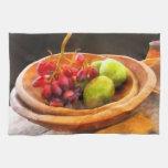 Cuenco de uvas rojas y de peras toalla de mano
