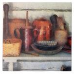 Cuencos, cesta y cucharas de madera azulejos ceramicos
