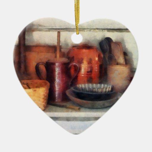Cuencos, cesta y cucharas de madera adorno de cerámica en forma de corazón