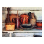 Cuencos, cesta y cucharas de madera postal