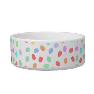 Cuencos coloreados de los puntos comedero para mascota