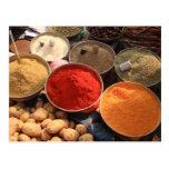 Cuencos de cocinar las especias en mercado indio tarjeta postal