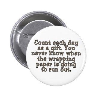 Cuente cada día como regalo. Usted nunca sabe… Pin Redondo De 2 Pulgadas