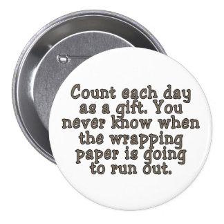 Cuente cada día como regalo. Usted nunca sabe… Pin Redondo De 3 Pulgadas