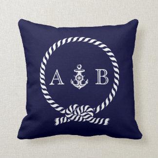 Cuerda de los azules marinos y monograma náuticos almohada