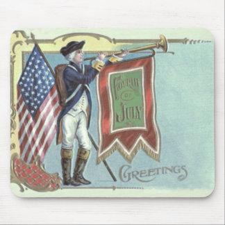 Cuerno revolucionario de la bandera americana del tapetes de ratones
