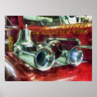 Cuernos y Bell del coche de bomberos Póster