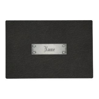 Cuero negro con la placa salvamanteles