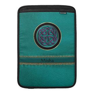 Cuero verde del monograma con el nudo céltico fundas MacBook